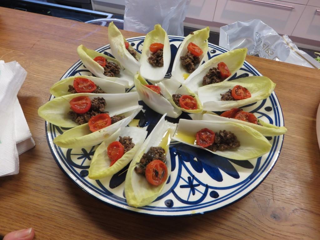 Endivesallad med tapenade och soltorkad tomat