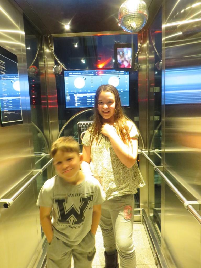 Barnen älskade hissarna med fyra olika musikstilar!