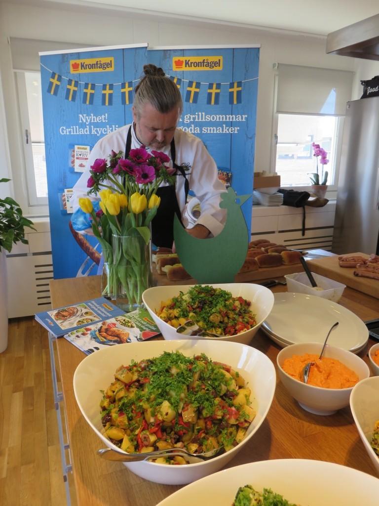 Magnus Albrektsson förbereder dagens grillunch