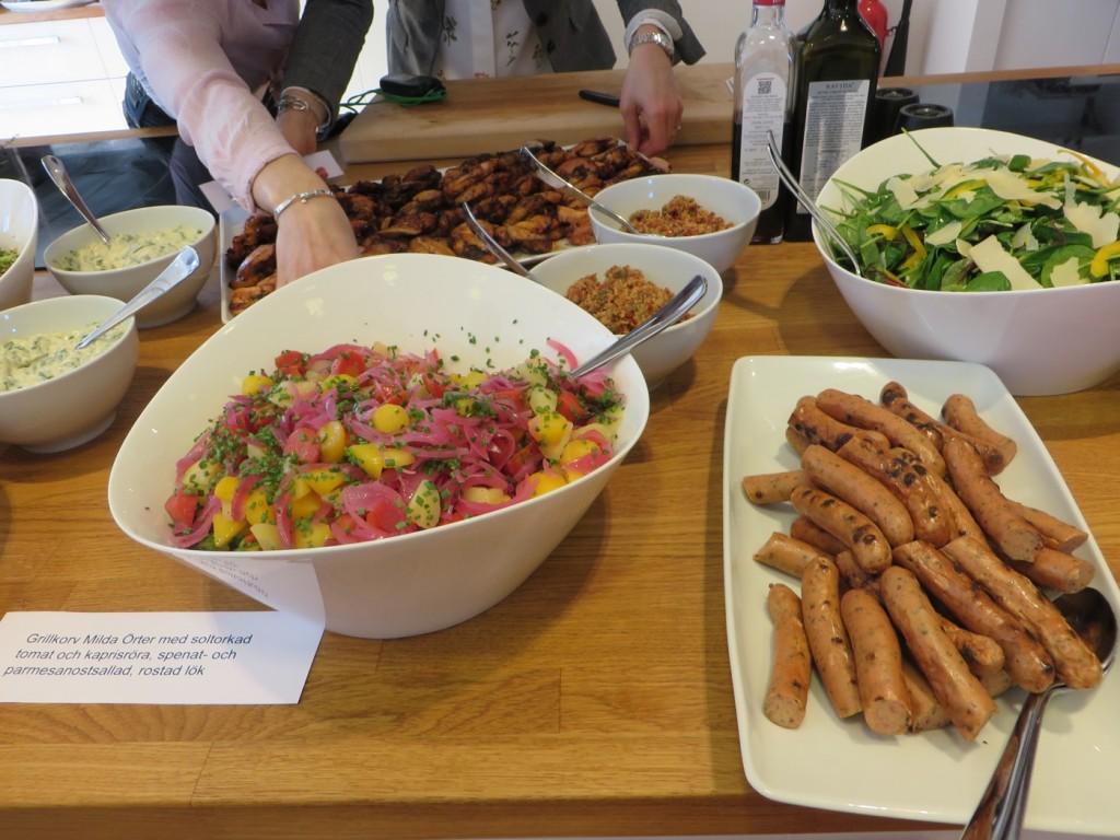 grillkorv milda örter med soltorkad tomat och kaprisröra + spenat- och parmesanostsallad