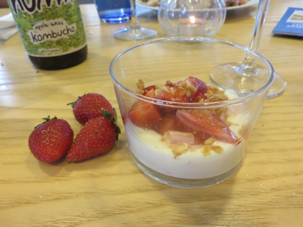 Vaniljkokt rabarber med jordgubbar, vit chokladcrème och saltkaramelliserade mandlar