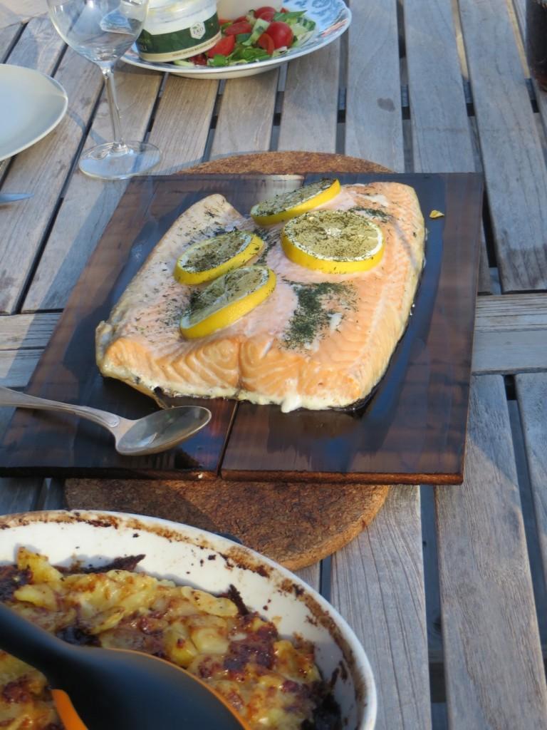 Ät och njut av cederplanksgrillad lax!
