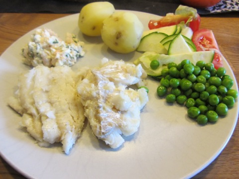 Stekt torsk med räkröra, potatis och grönsaker