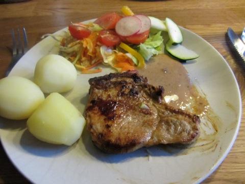 Fläskkotlett, potatis, sås och grönsaker bildar en god måndagsmiddag