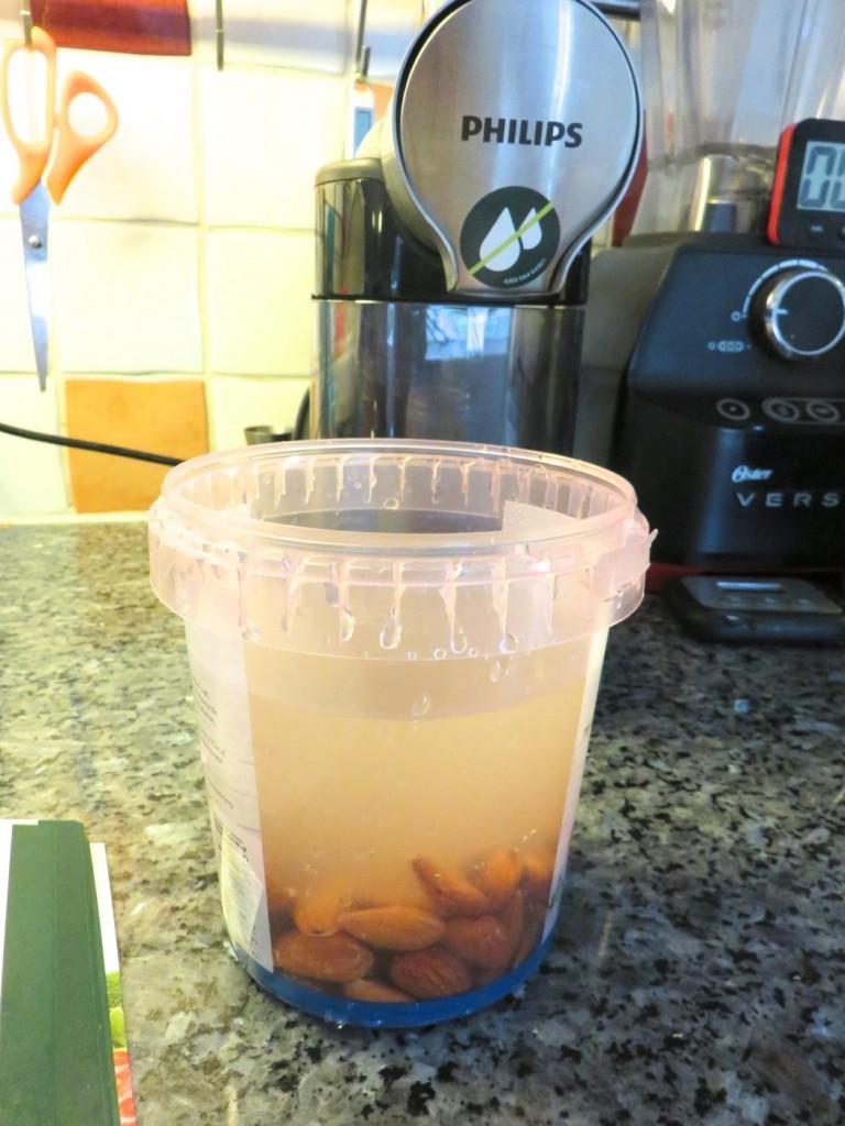 Alla ingredienser som behövs till min mandelmjölk - vatten och blötlagda mandlar