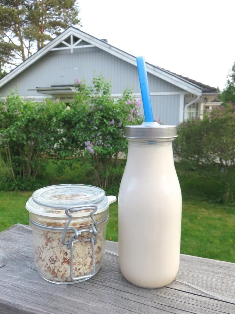 Mandelmjölk och överbliven nötmassa.