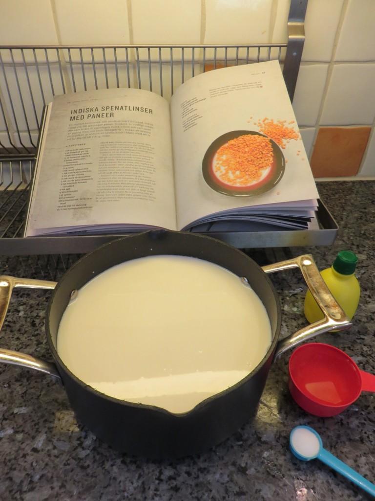 2 liter ohomogeniserad mjölk hälls i tjockbottnad kastrull och får koka upp