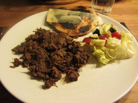 Mustig chili con carne med bröd och grönsaker