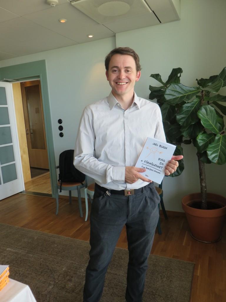 Joel Bladh med sin debutbok.