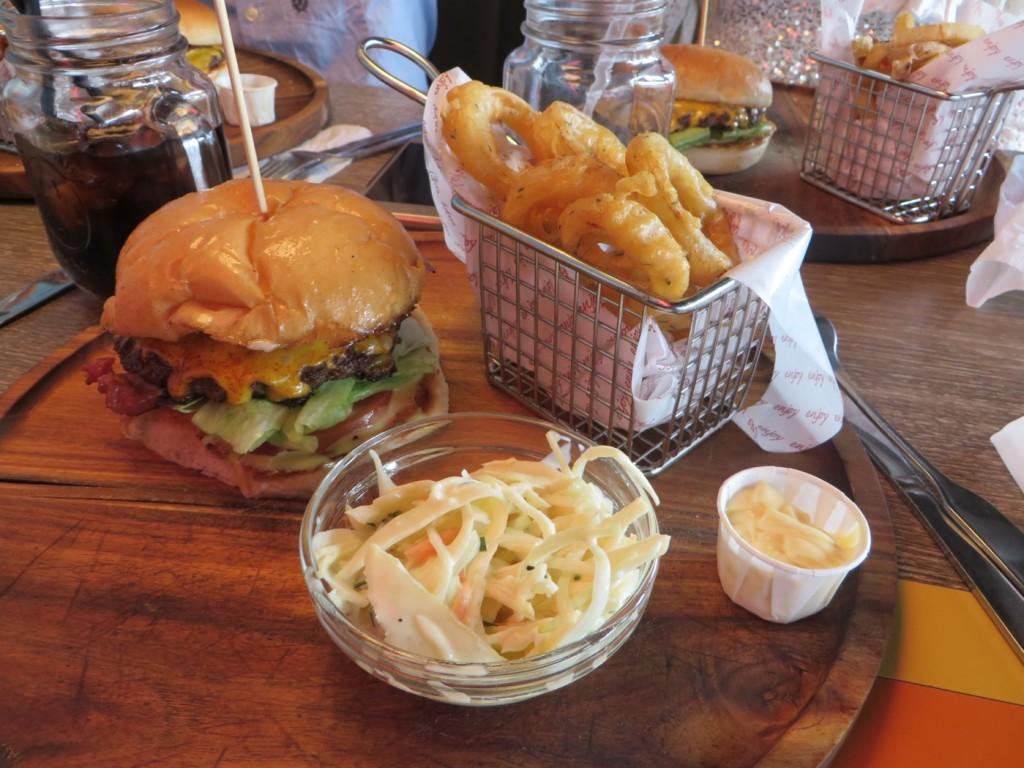 Smokehouseburger, lökringar och coleslaw.