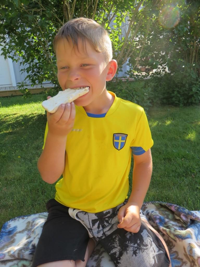 Gustaf vill fylla varenda milimeter på smörgåsen med den goda räkosten!