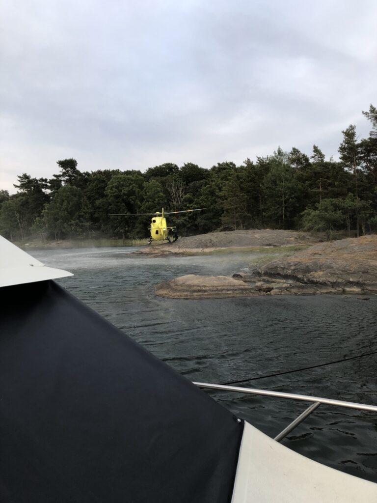 Dramatiskt när en ambulanshelikopter lade sig bredvid vår båt.