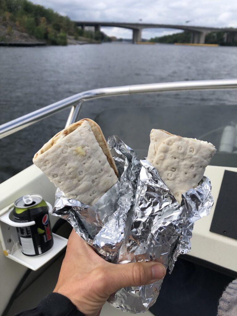 Dalarö-Stäket non stop men mat måste man äta!