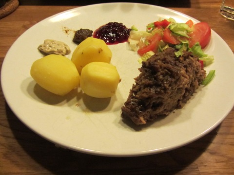 Köttfärslimpa med potatis och goda tillbehör
