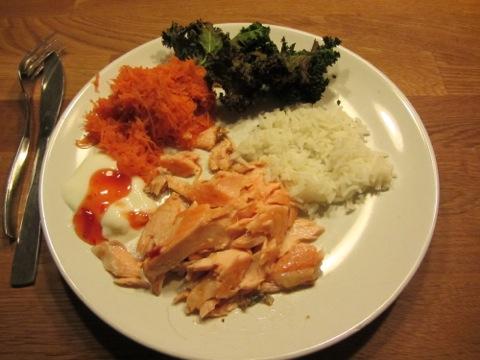 Ugnsbakad lax med ris, grönsaker och sås
