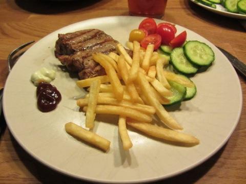 Hängmörad ryggbiff, pommes, såser och grönsaker till huvudrätt