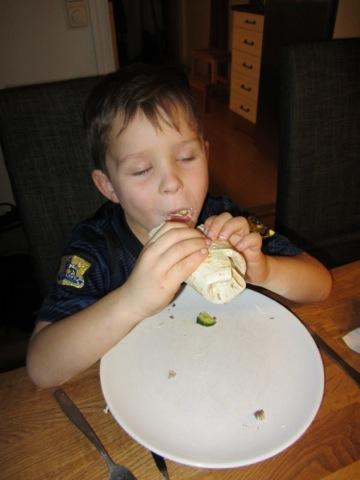 Gustaf mumsar tacos för glatta livet!
