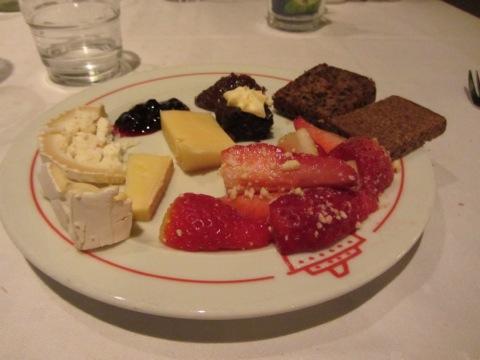 Tallrik nummer två men nu ville jag även äta ost och kex men liiite mer sött fick plats i magen!