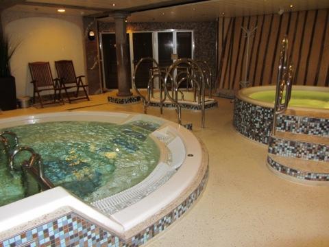 Jacuzzi, kallbad, pool och ångbastu