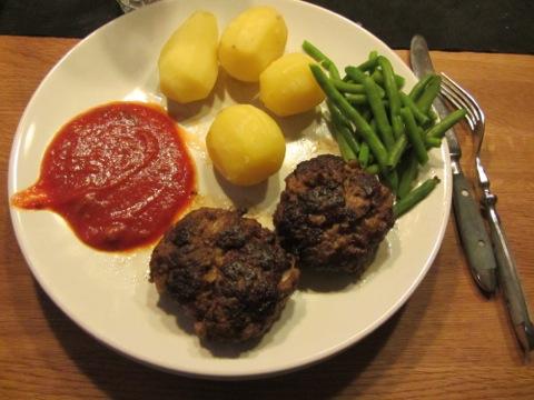 Mumsiga minibiffar med tomatsås och potatis