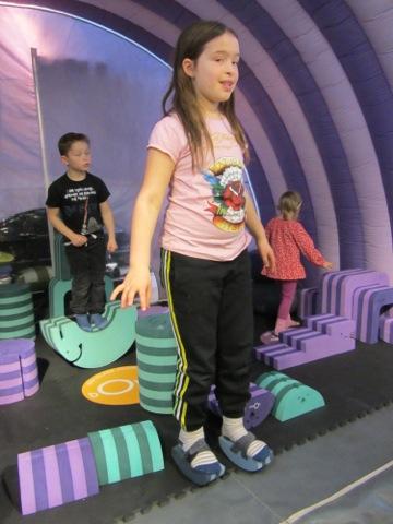 Filippa balanserar med bObles balansskor