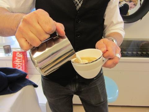 Mjölken ska skummas perfekt och hällas i kaffet så att det bildas läckert mönster