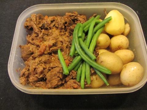 Kalops, färskpotatis och grönsaker