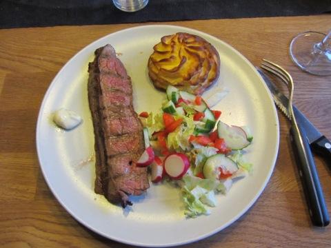 Flankstek, pommes duchesse, grönsaker och sås