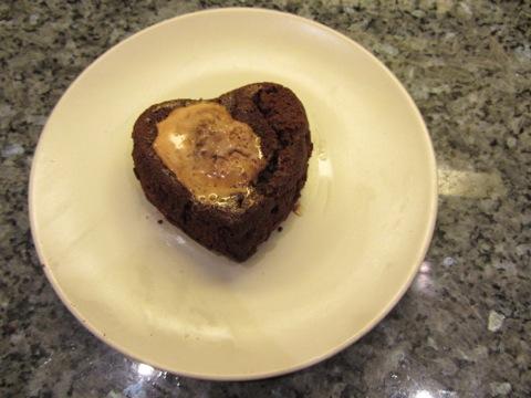 Chokladlavamuffins med en liten glassklick på toppen