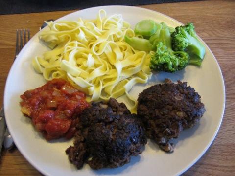 Köttfärsbiffar med färsk pasta, tomatsås och grönsaker