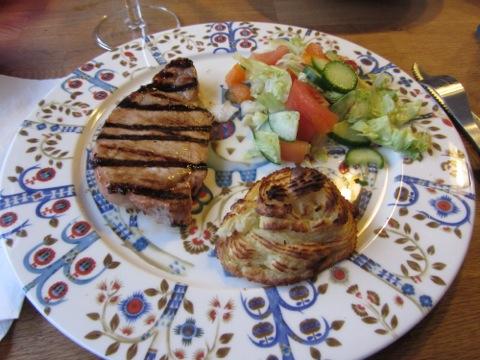 Grillat kött, pommes duchesse, grönsaker och såser