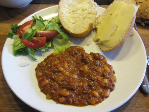 Chili con carne med bröd och sallad