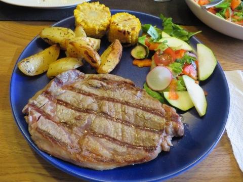 Entrecôte, klyftpotatis, majskolv, grönsaker och såser