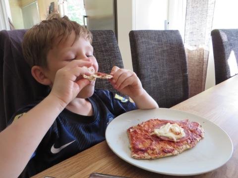 Gustaf njuter av maten