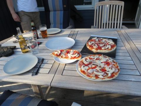 Min och Mattias pizzor innan gräddning
