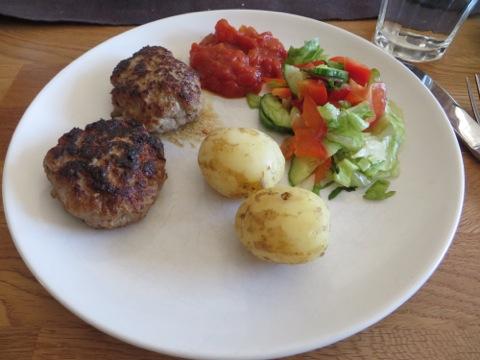 Biffar, färskpotatis, sås och grönsaker