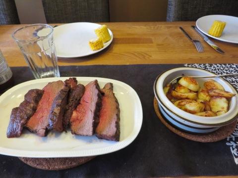 Kött, potatis, sallad, majs och såser