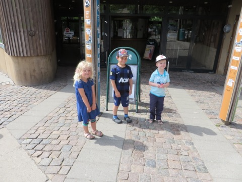 Mira, Gustaf och Elias ska bekanta sig med varandra och Aalborg Zoo