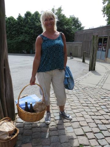 Vackra Agneta med en av picknickkorgarna