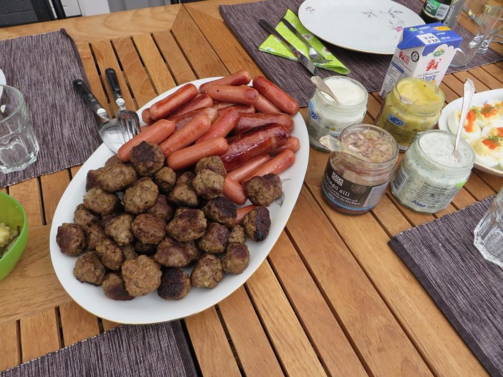 Hemrullade köttbullar, korv och sill