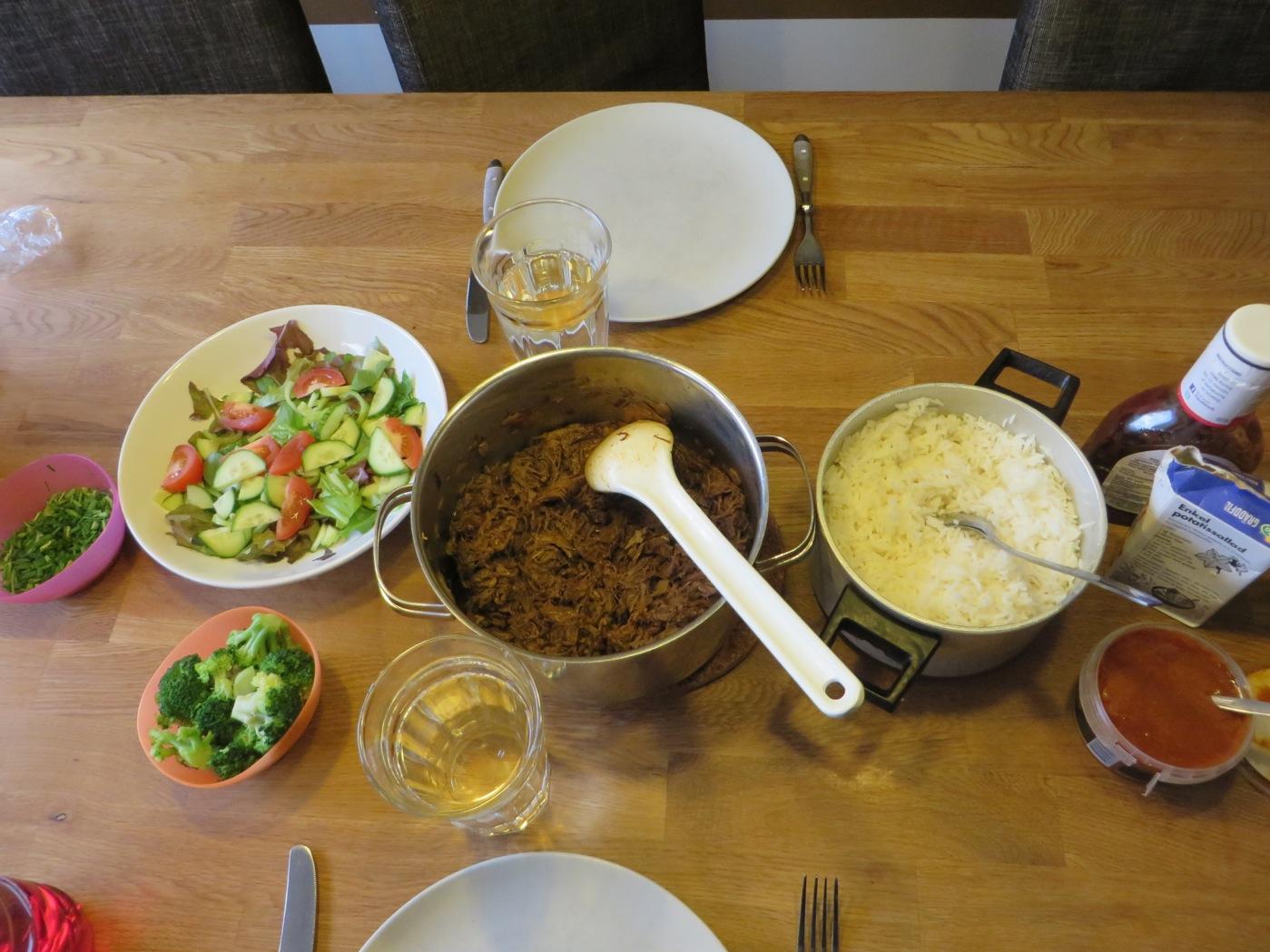 Pulled beef med ris och tillbehör