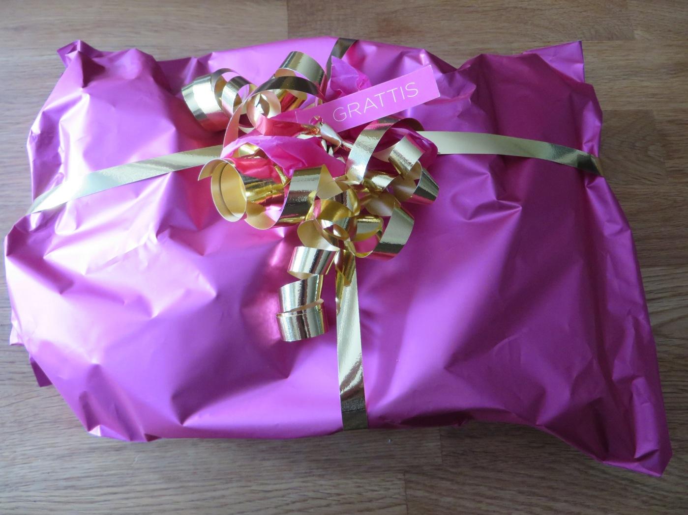 Ett rosa, glänsande lyxigt paket från Röhnisch