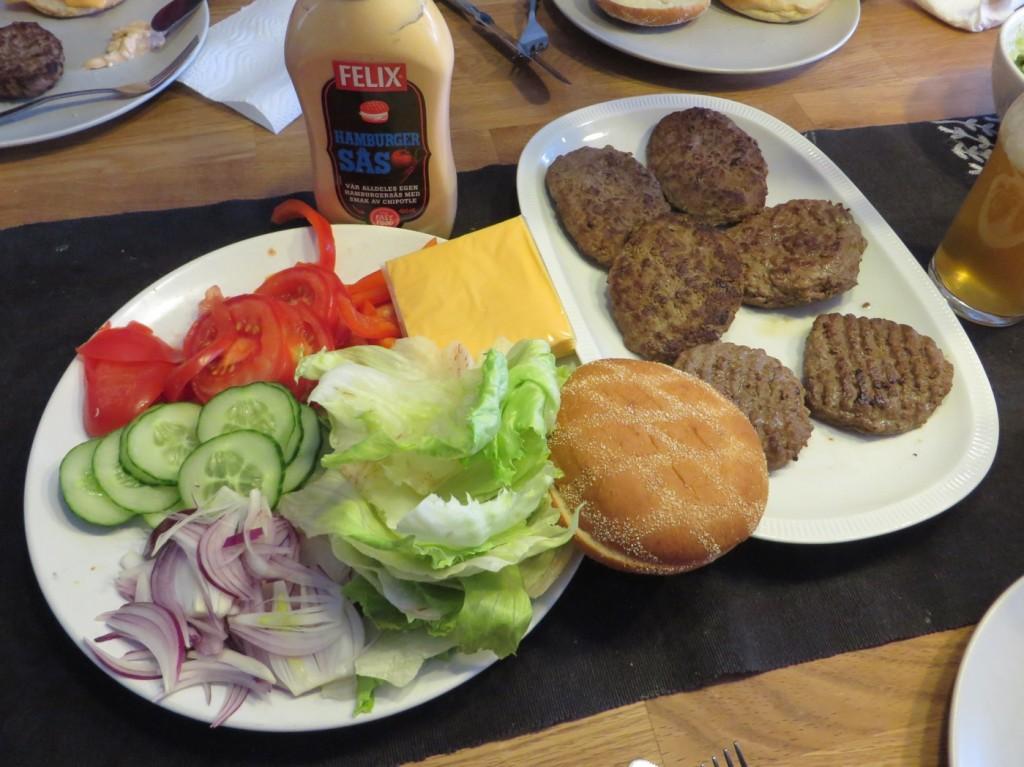 Hamburgare, bröd och grönsaker