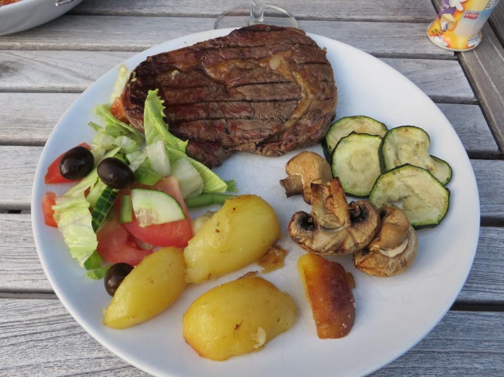 Kött, klyftpotatis, grönsaker och sås