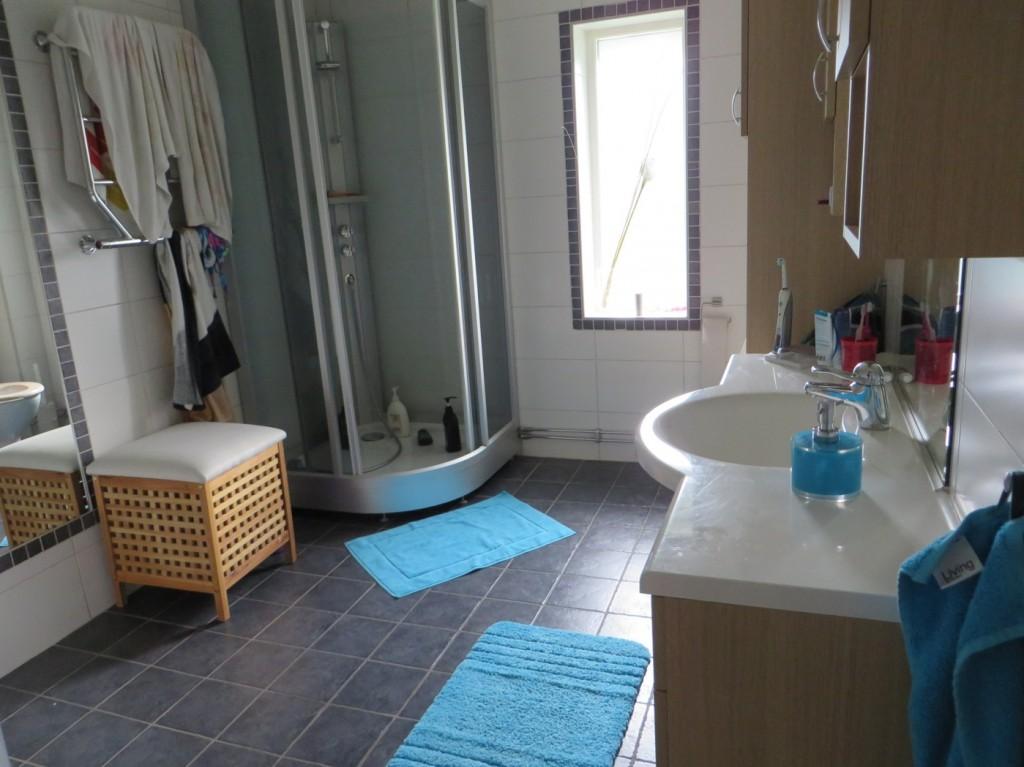 Vårt nyligen tillfixade stora badrum