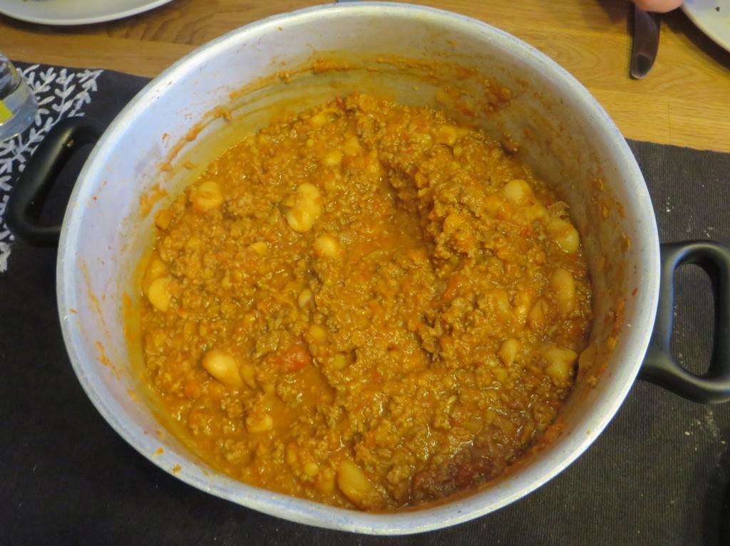 En stor gryta chili con carne