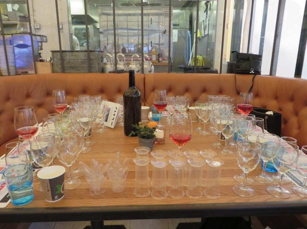 Uppdukade bord med vinet i fokus