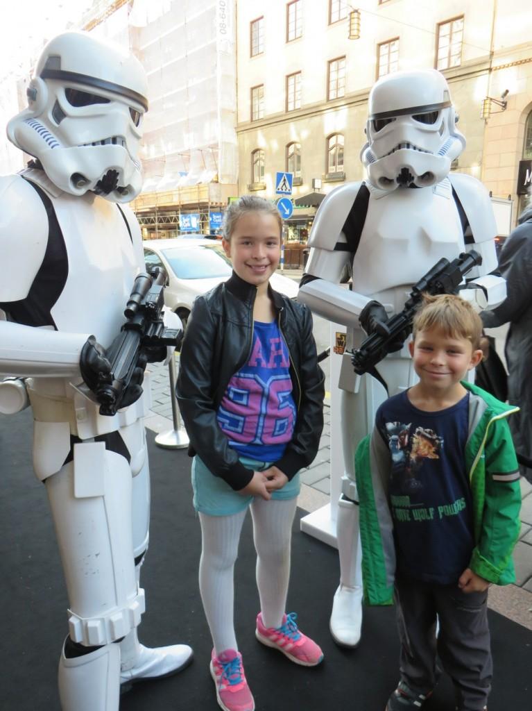 Vi blir välkomnade av Stormtroopers