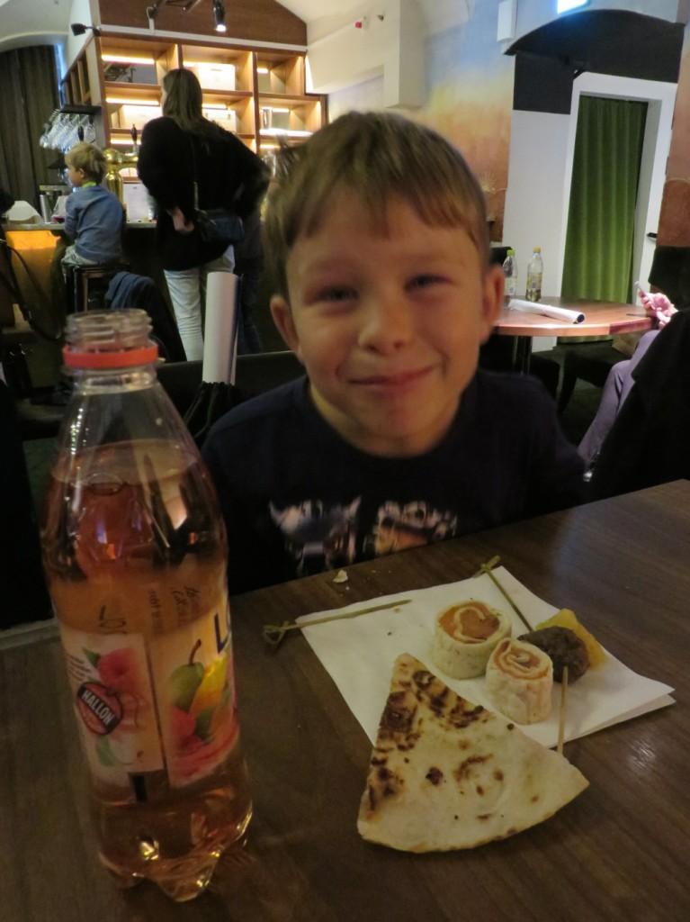 Gustaf var mycket förtjust i maten!