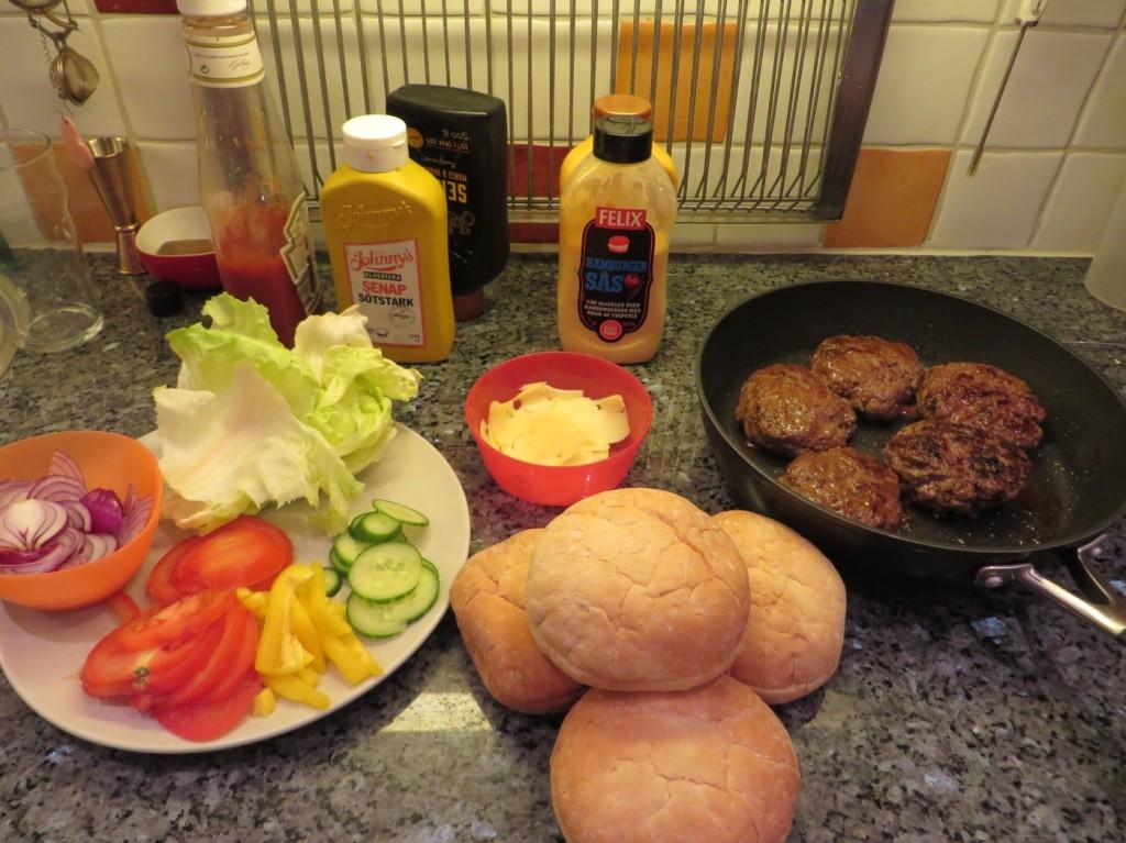 Middagen uppdukad i köket